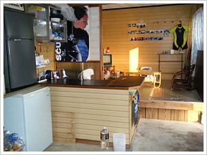 内部キッチンと畳部屋  釣り上げた魚を調理したり、宿泊の際の食事を作ったりします。